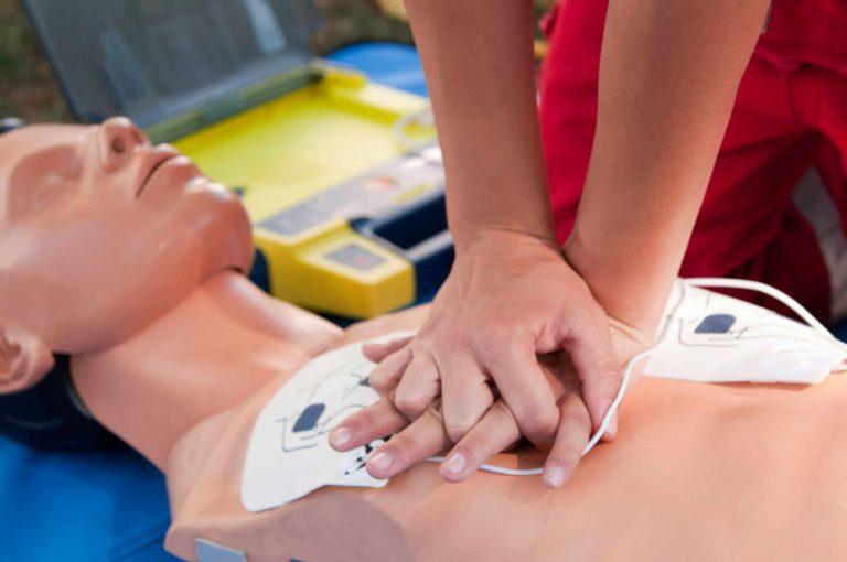 défibrillateur-massage-cardiaque